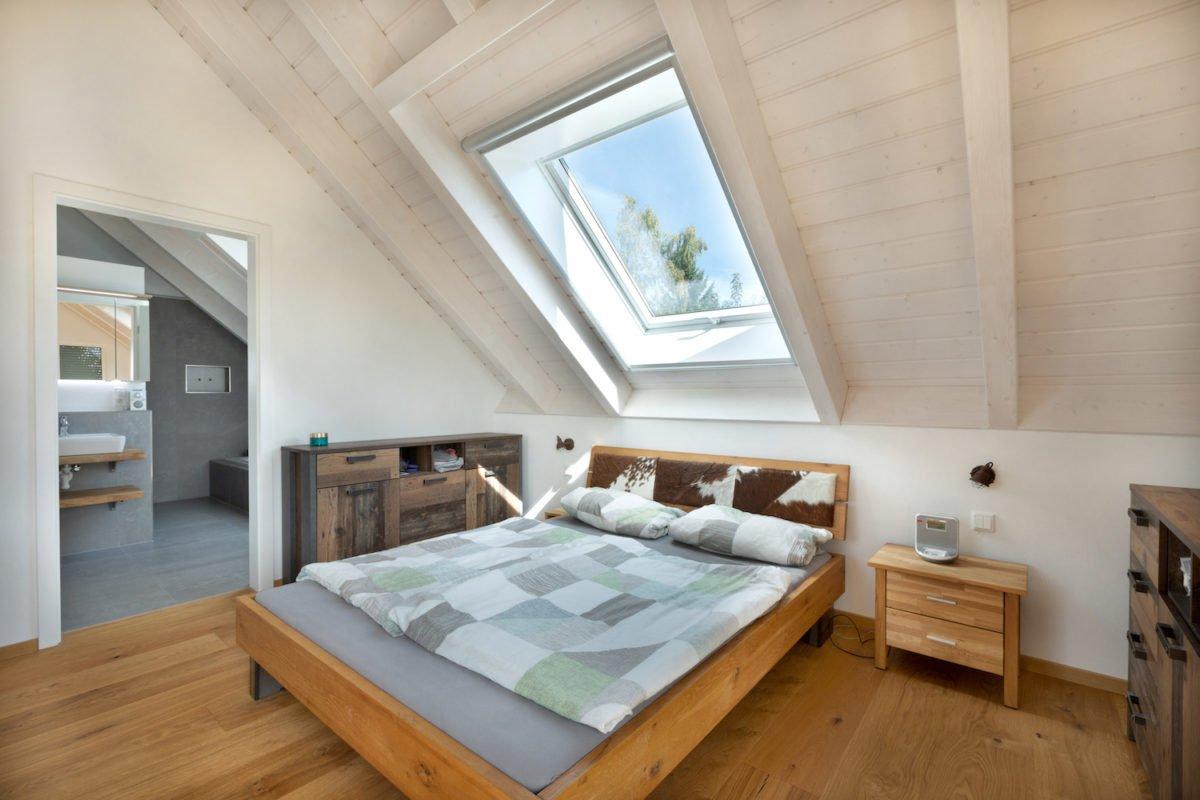 Kundenhaus U237 - Ein Schlafzimmer mit einem Bett und einem Fenster - Bettrahmen