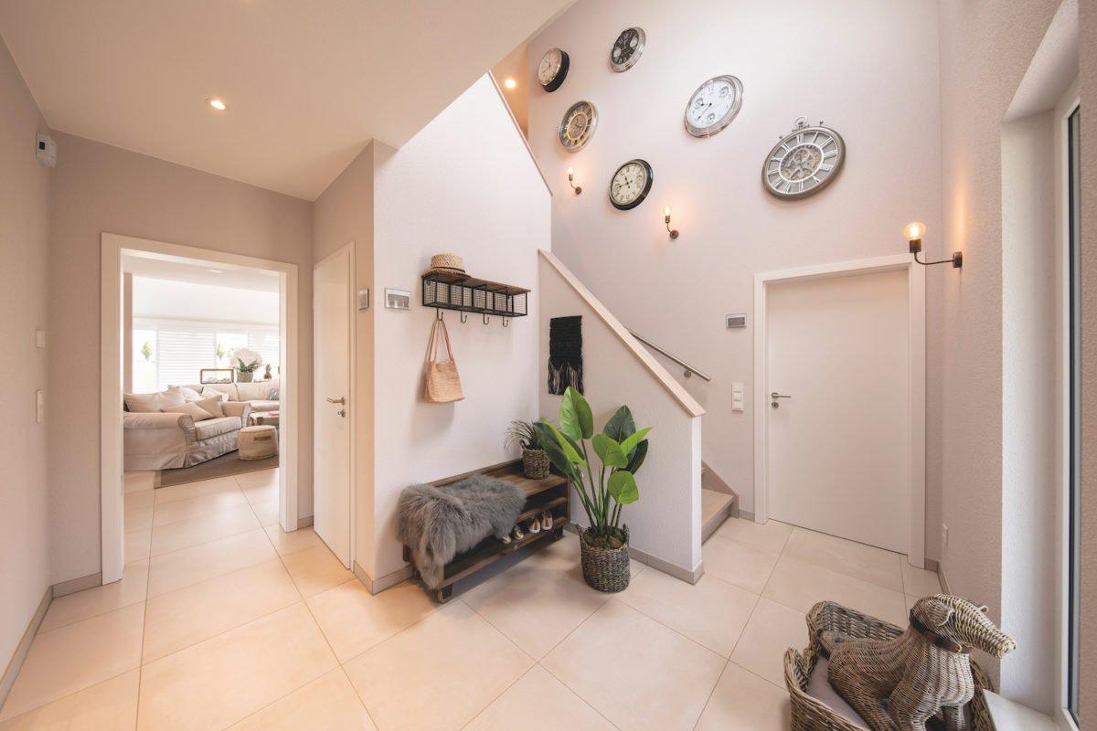 Automatisch gespeicherter Entwurf - Ein Wohnzimmer mit Möbeln und einem Kamin - Interior Design Services