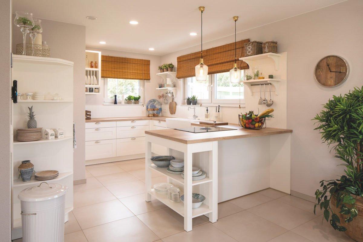 Musterhaus Juno - Eine küche mit waschbecken und spiegel - Küche