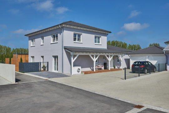 Kundenhaus Koenigs - Ein Gebäude mit einem Parkplatz - Fassade