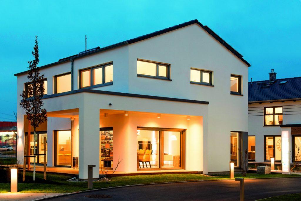 Musterhaus: Vorbildlich nachhaltig - Ein Schild vor einem Gebäude - Fertighaus