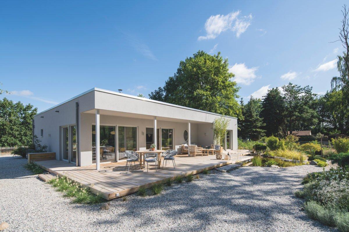 Kundenhaus NIVO - Ein Feldweg vor einem Haus - Fertighaus