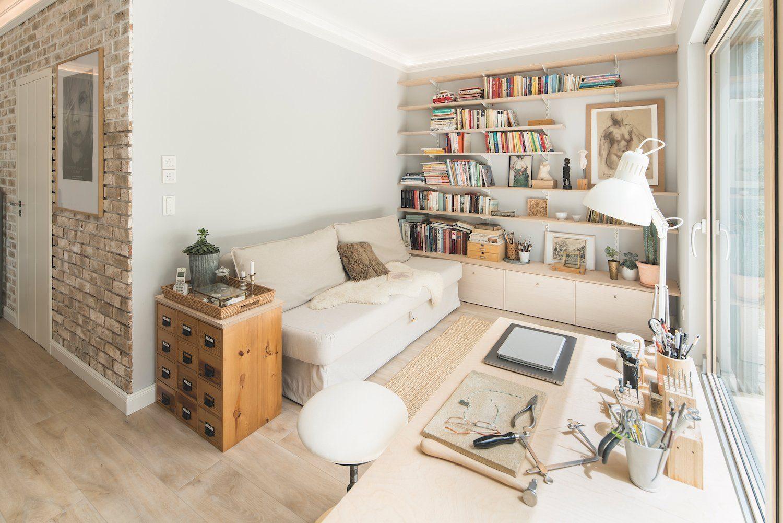 Kundenhaus KHNIVO - Ein Wohnzimmer mit Möbeln und einem Kamin - Interior Design Services