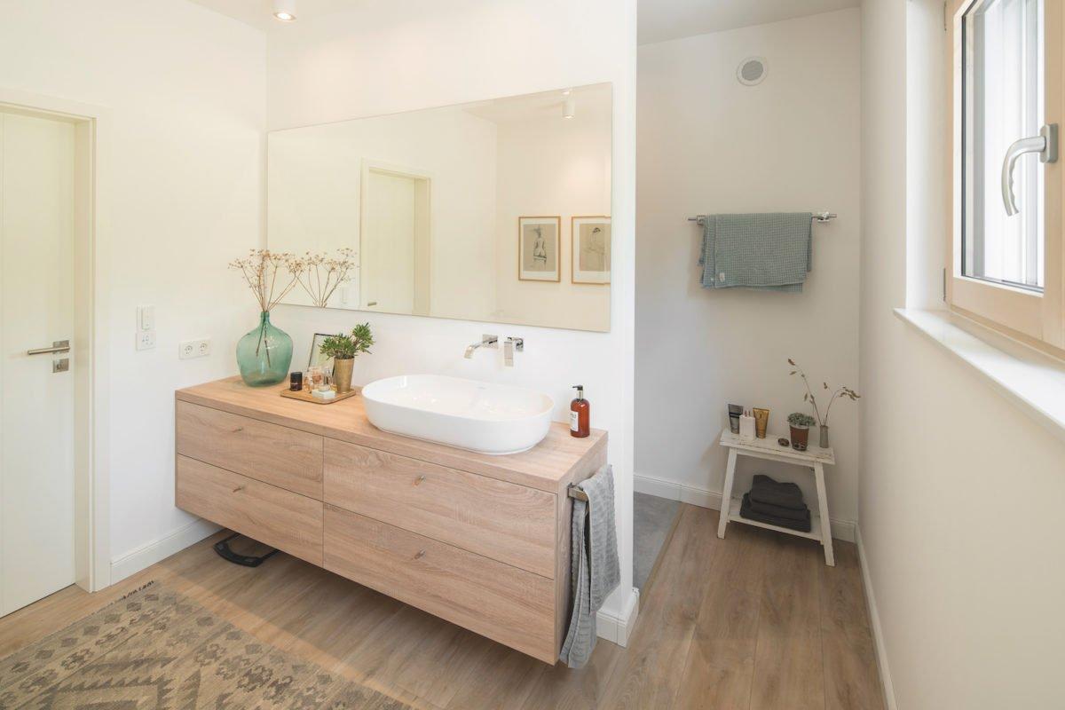 Kundenhaus KHNIVO - Ein zimmer mit waschbecken und spiegel - Bad
