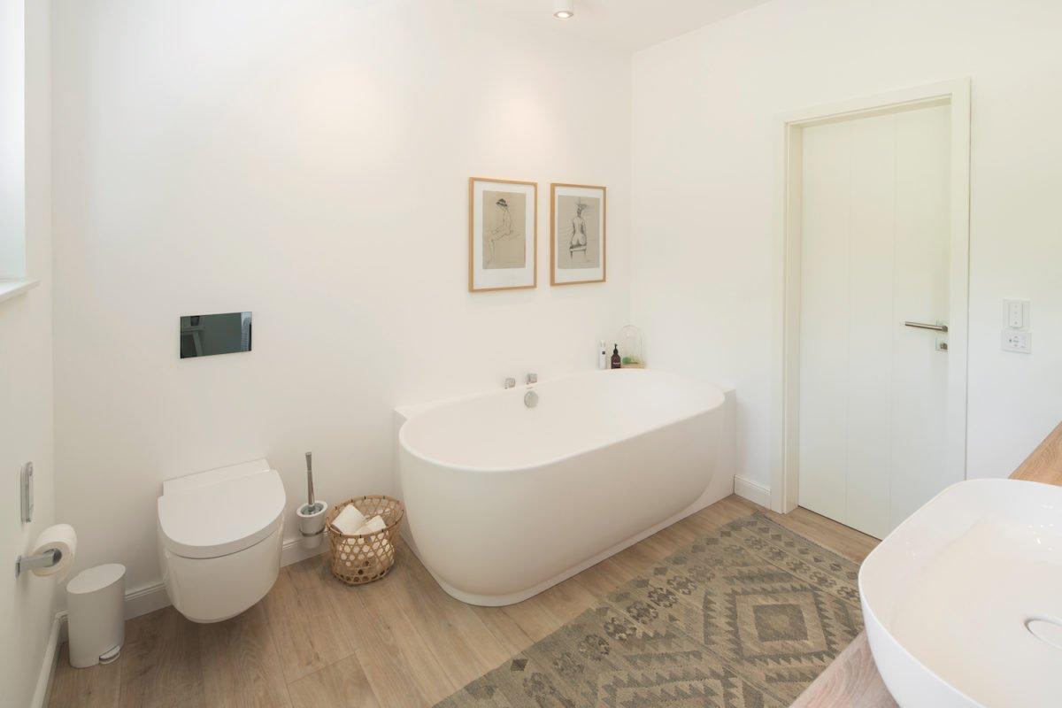 Kundenhaus NIVO - Ein zimmer mit waschbecken und spiegel - Miniaturschwein