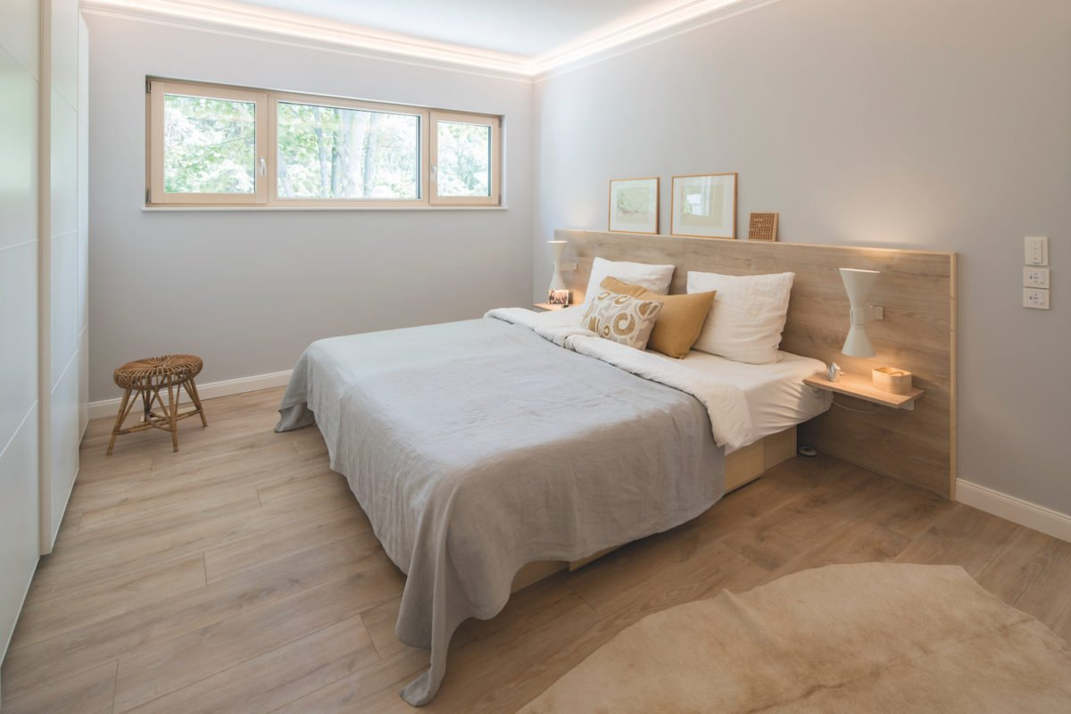 Kundenhaus NIVO - Ein Schlafzimmer mit einem Bett in einem Hotelzimmer - Bettrahmen