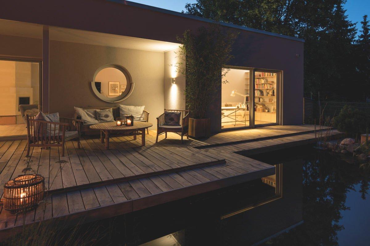 Kundenhaus NIVO - Ein gebäude mit einer uhr auf einem tisch - Landschaftsbeleuchtung