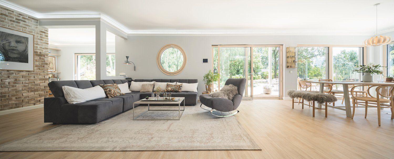 Kundenhaus NIVO - Ein Wohnzimmer mit Möbeln und einem großen Fenster - Couch