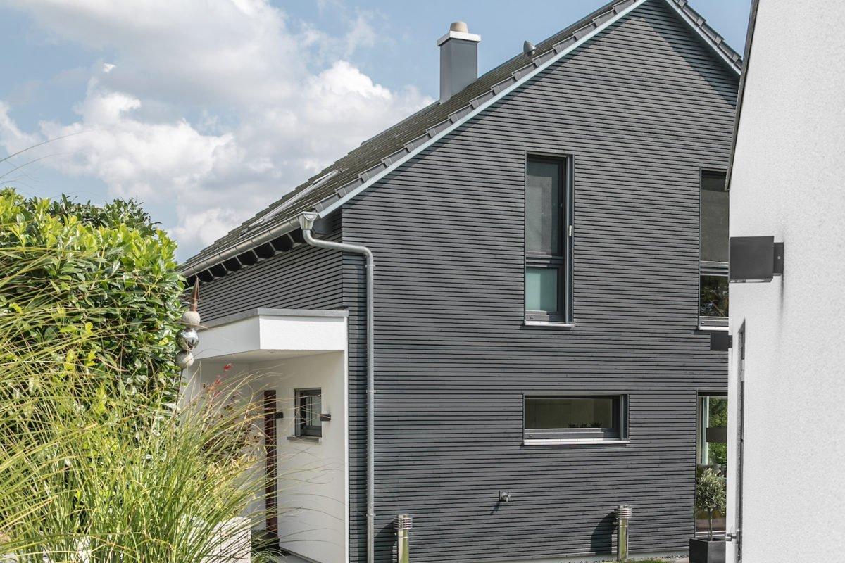 Kundenhaus Stark - Ein großes Backsteingebäude mit Gras vor einem Haus - Die Architektur