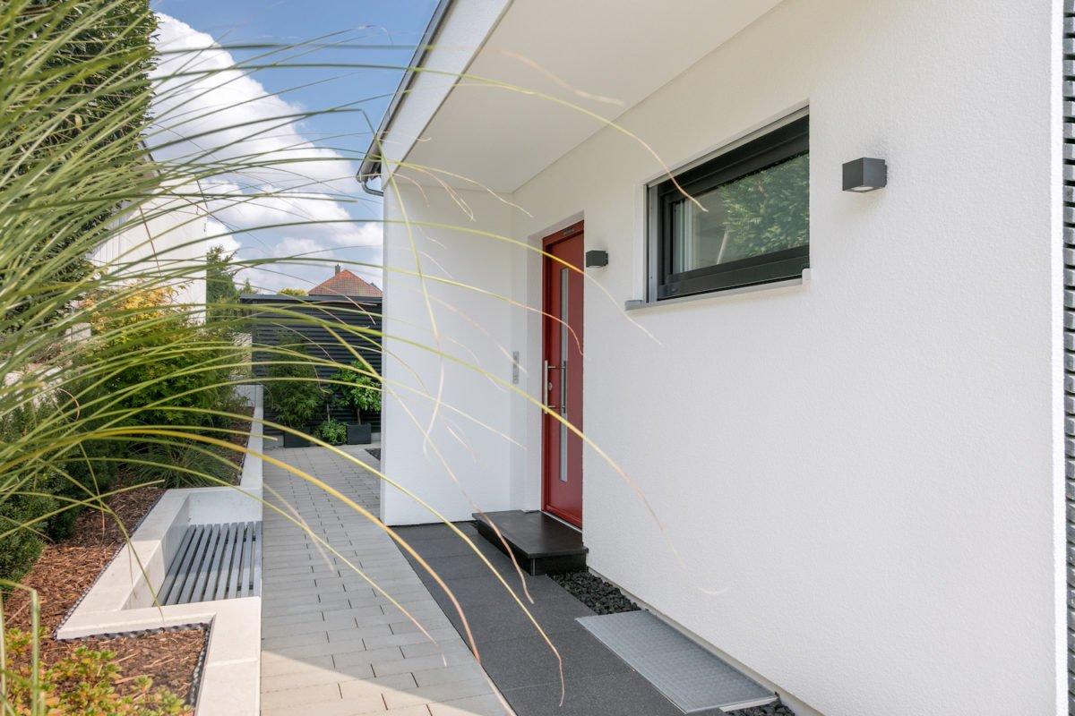 Kundenhaus Stark - Eine Nahaufnahme von einem weißen Gebäude - Die Architektur
