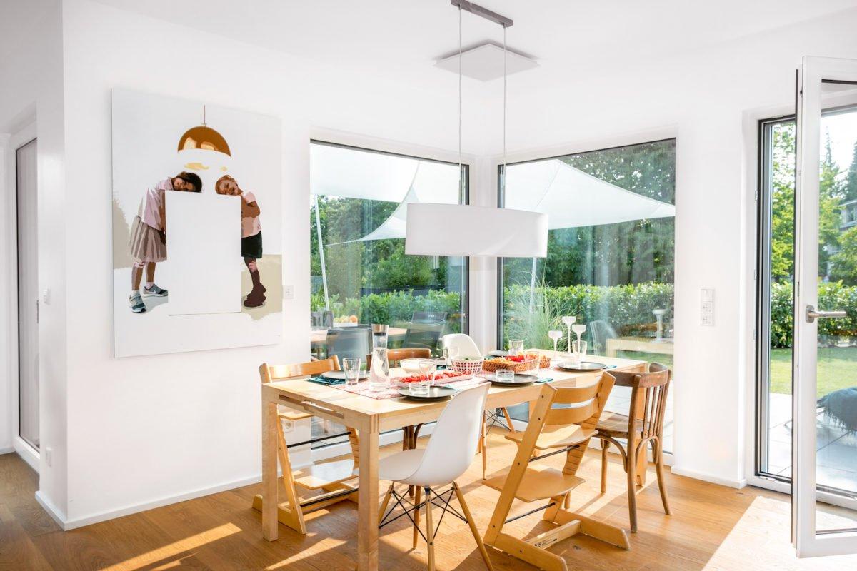 Kundenhaus Stark - Ein Esstisch vor einem Fenster - SchworerHaus KG