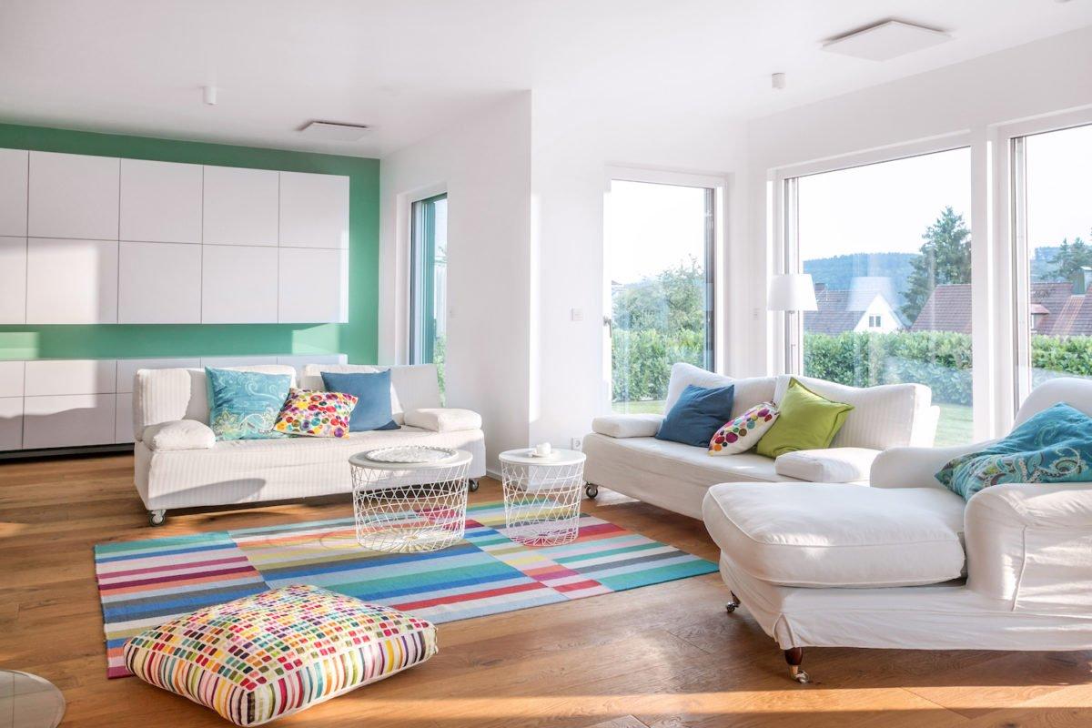 Kundenhaus Stark - Ein Wohnzimmer mit Möbeln und einem großen Fenster - SchworerHaus KG