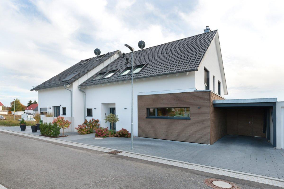 Haus U120 - Ein kleines haus auf einem parkplatz - Haus