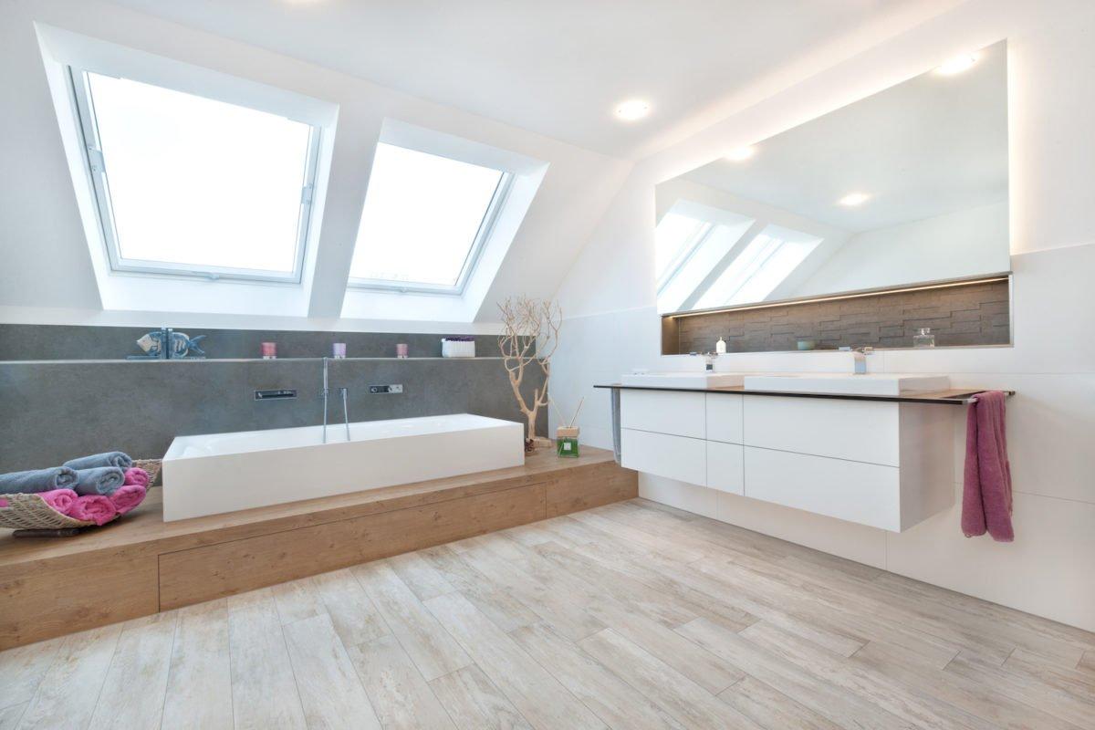Haus U120 - Ein Schlafzimmer mit einem großen Fenster - Interior Design Services