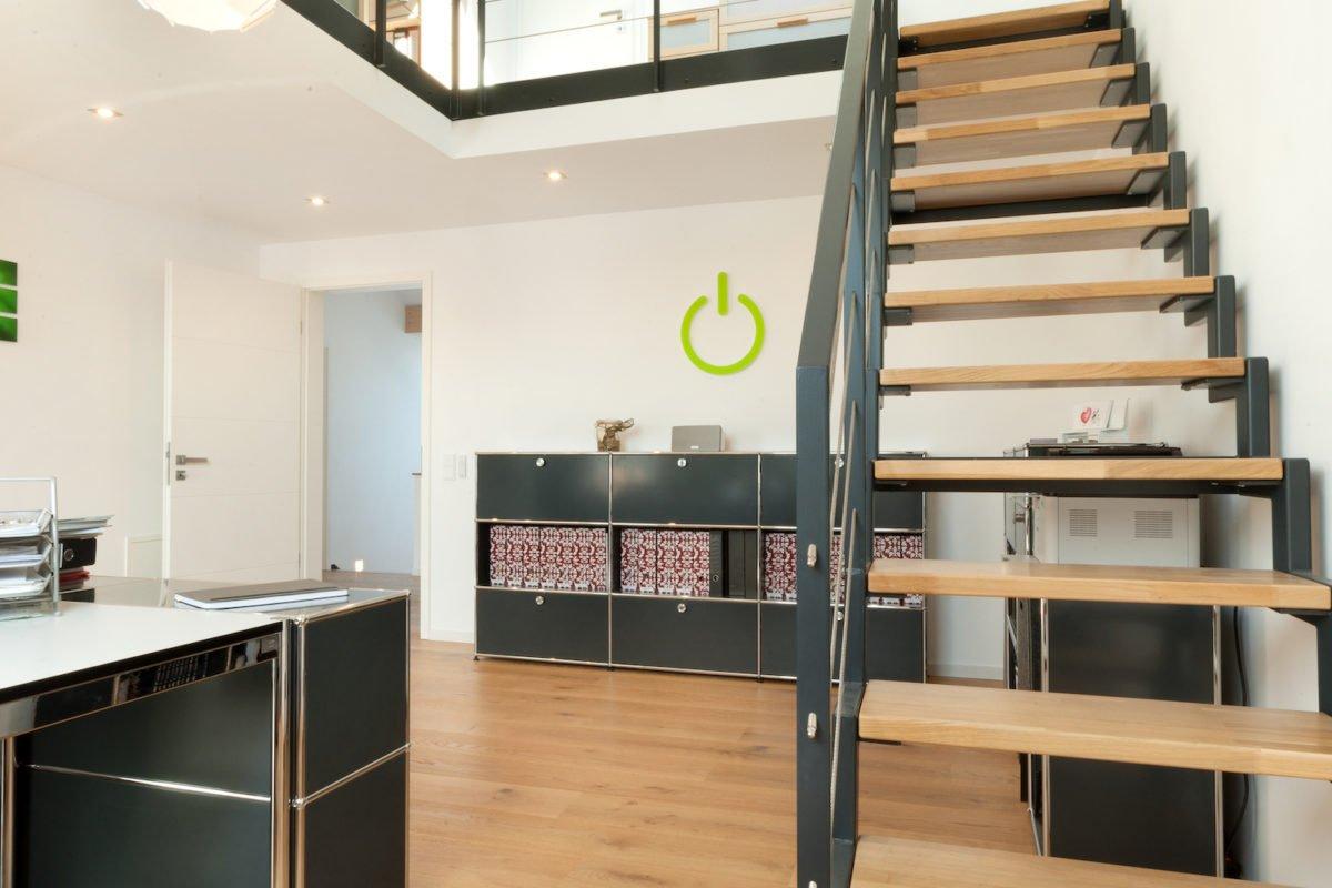 Haus U120 - Ein Raum voller Möbel und Holzschränke - Fußboden
