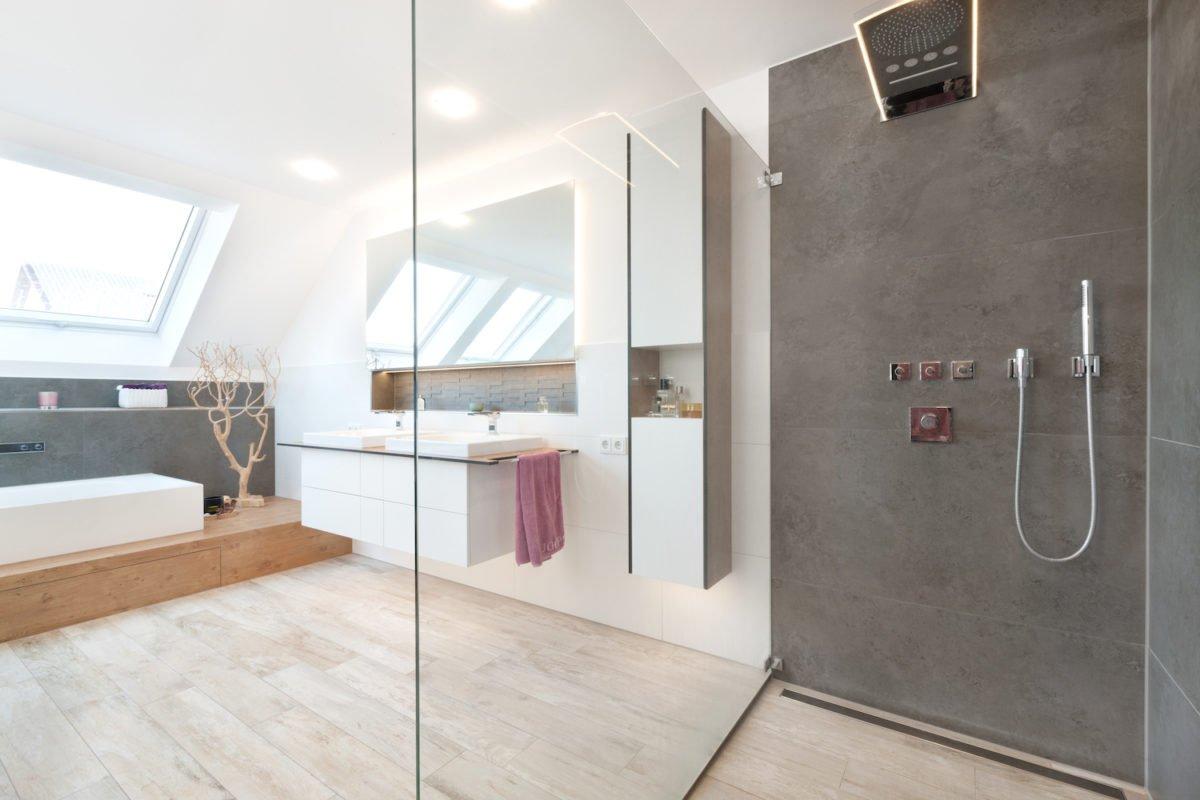 Haus U120 - Ein Raum mit einem großen Fenster - Bad