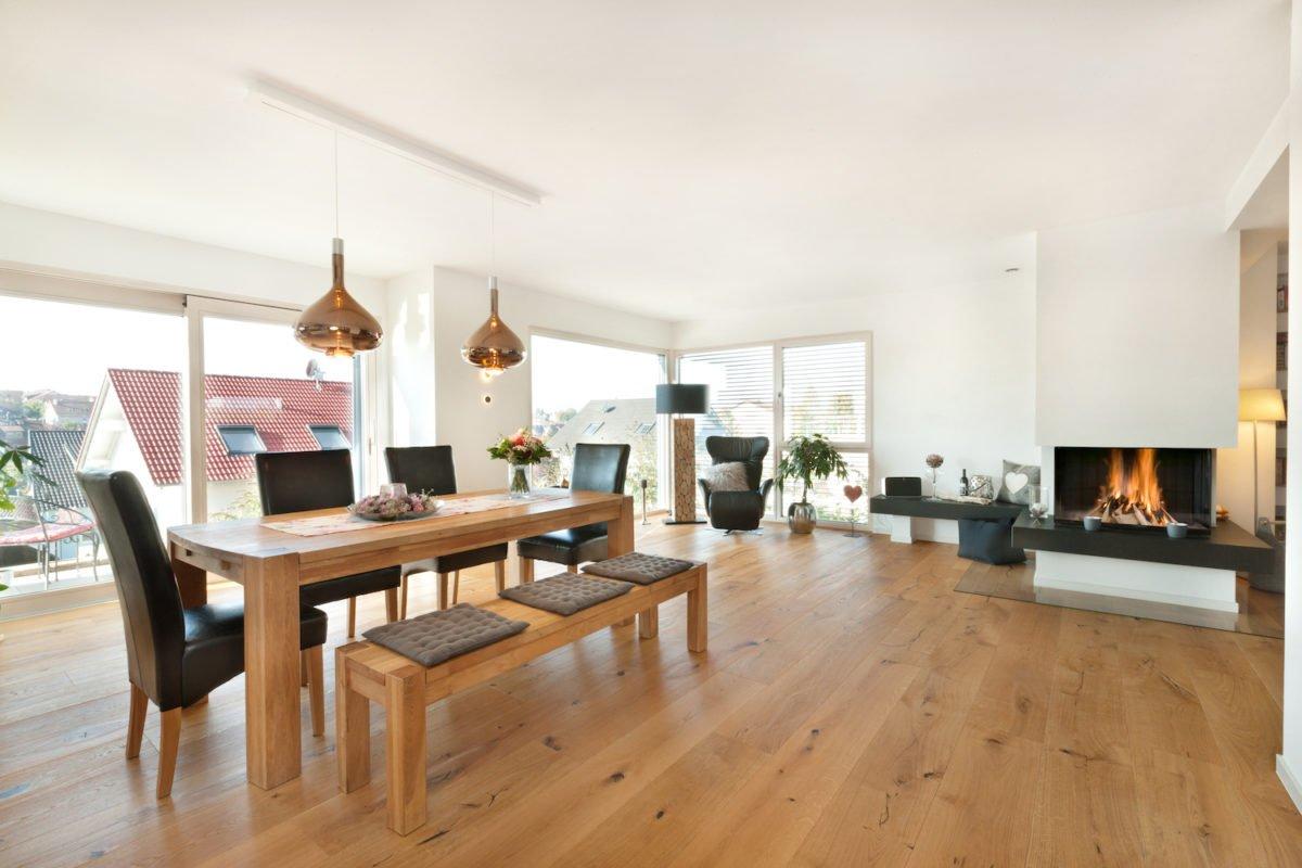 Haus U120 - Ein Blick auf ein Wohnzimmer mit Holzboden - Wohnzimmer