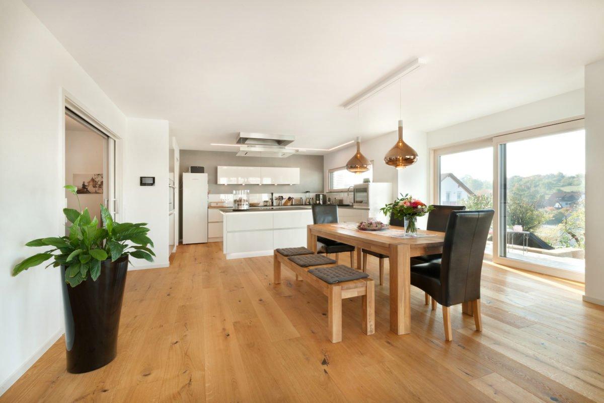 Haus U120 - Ein Wohnzimmer voller Möbel auf einem Holzboden - Interior Design Services