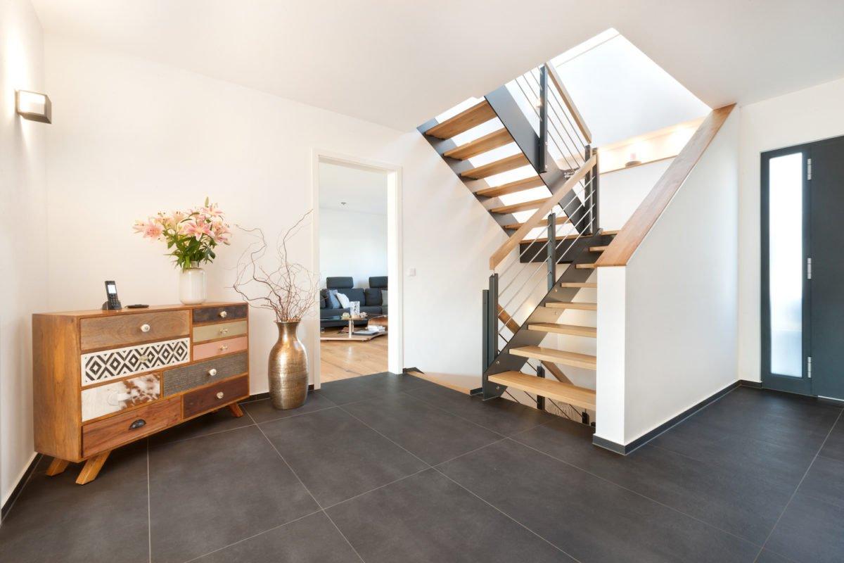 Haus U120 - Ein wohnzimmer mit holzboden - Interior Design Services