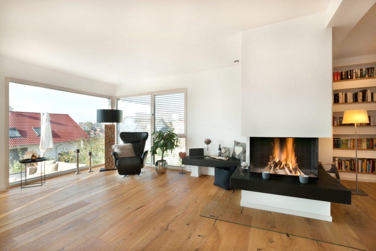 Haus U120 - Ein Wohnzimmer mit Möbeln und einem Kamin - Interior Design Services