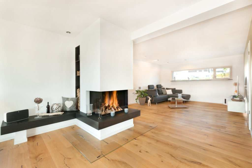 Haus U120 - Ein Blick auf ein Wohnzimmer mit Möbeln und einem Kamin - Interior Design Services