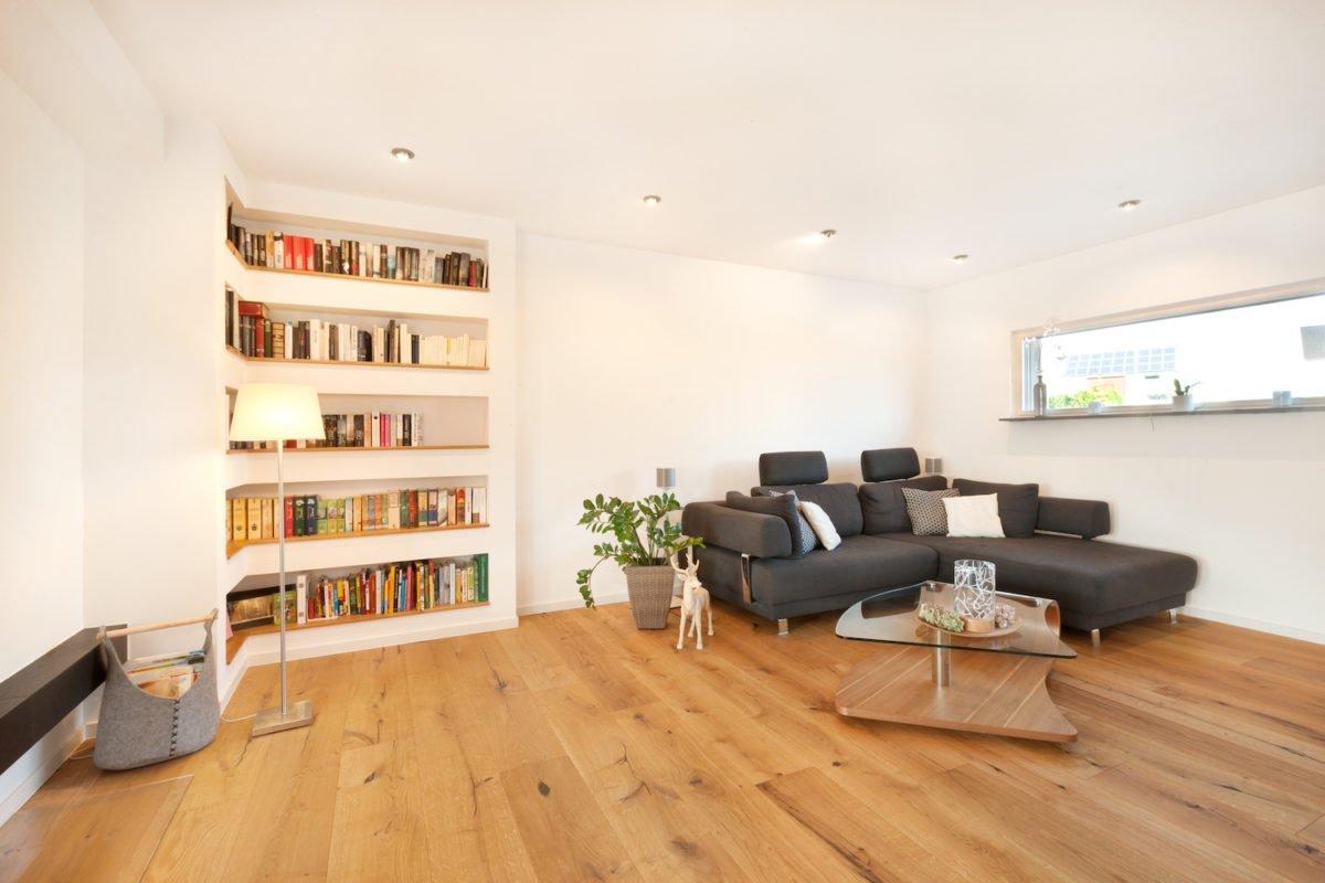 Haus U120 - Ein Wohnzimmer voller Möbel auf einem harten Holzboden - Wohnzimmer