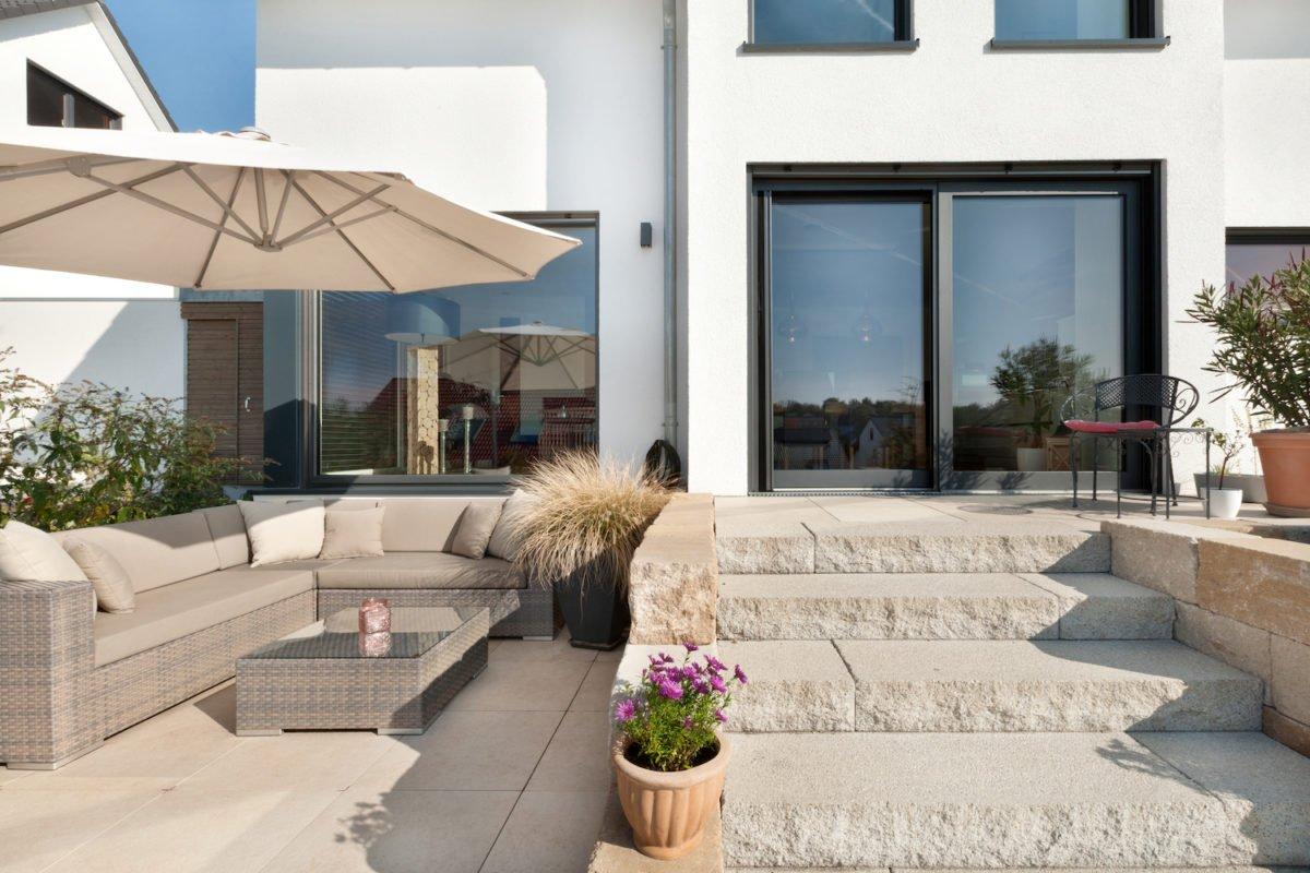 Haus U120 - Eine Blumenvase sitzt auf einem Gebäude - Penthouse-Wohnung