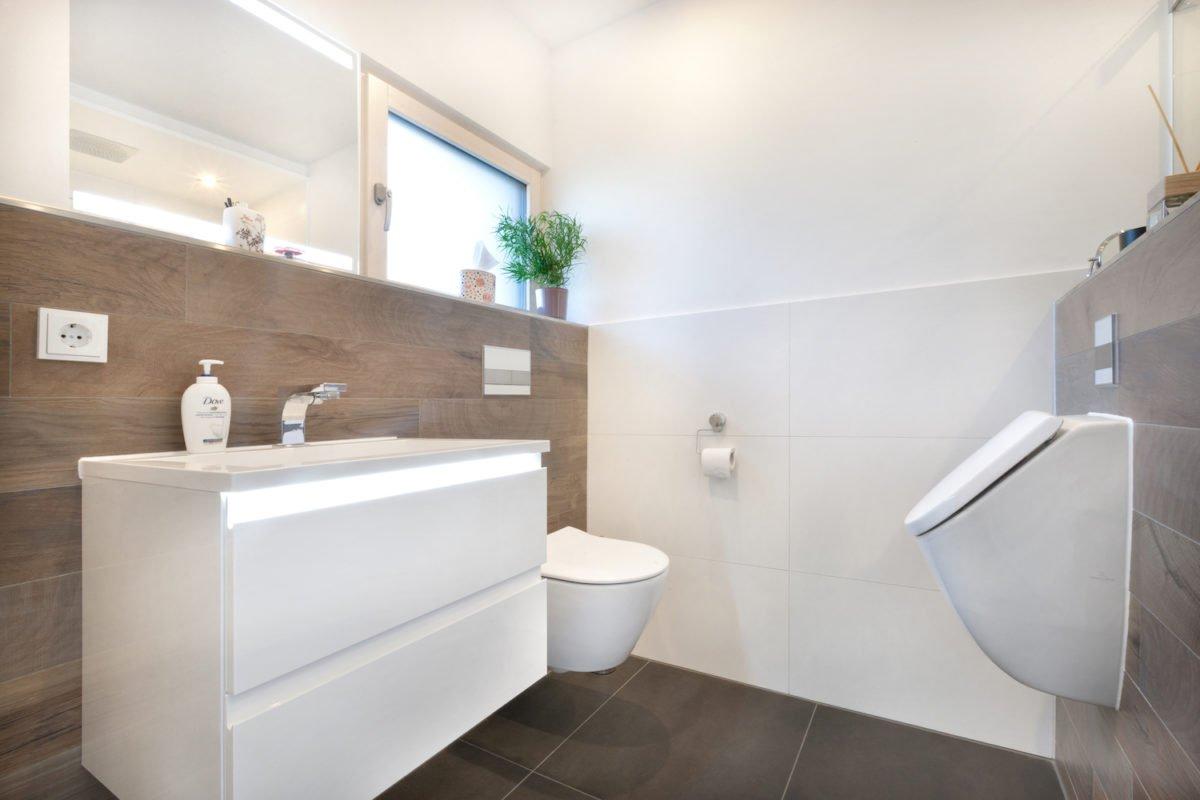 Haus U120 - Eine große weiße Wanne neben einem Waschbecken - Interior Design Services
