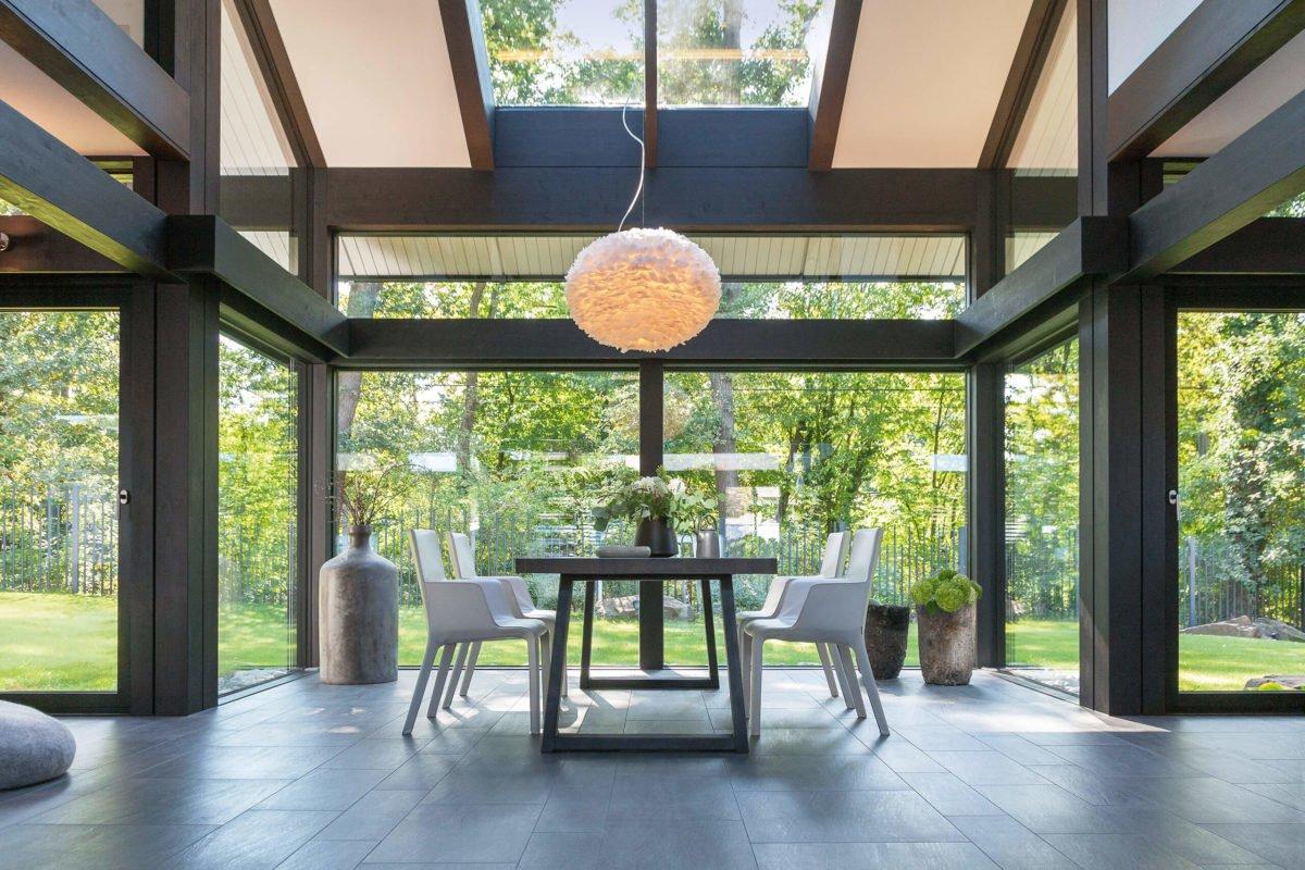 HUF HAUS ART 3 - Ein Wohnzimmer mit Möbeln und einem großen Fenster - Haus