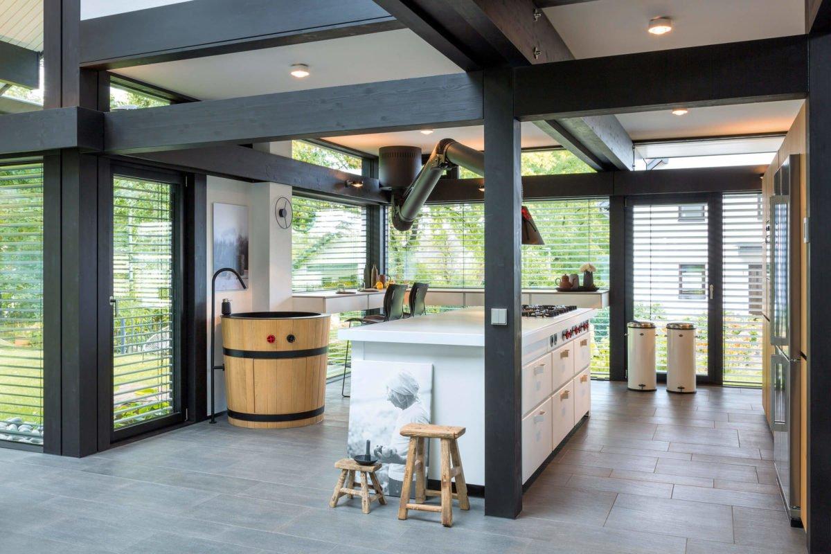 HUF HAUS ART 3 - Ein Raum voller Möbel und ein großes Fenster - Haus