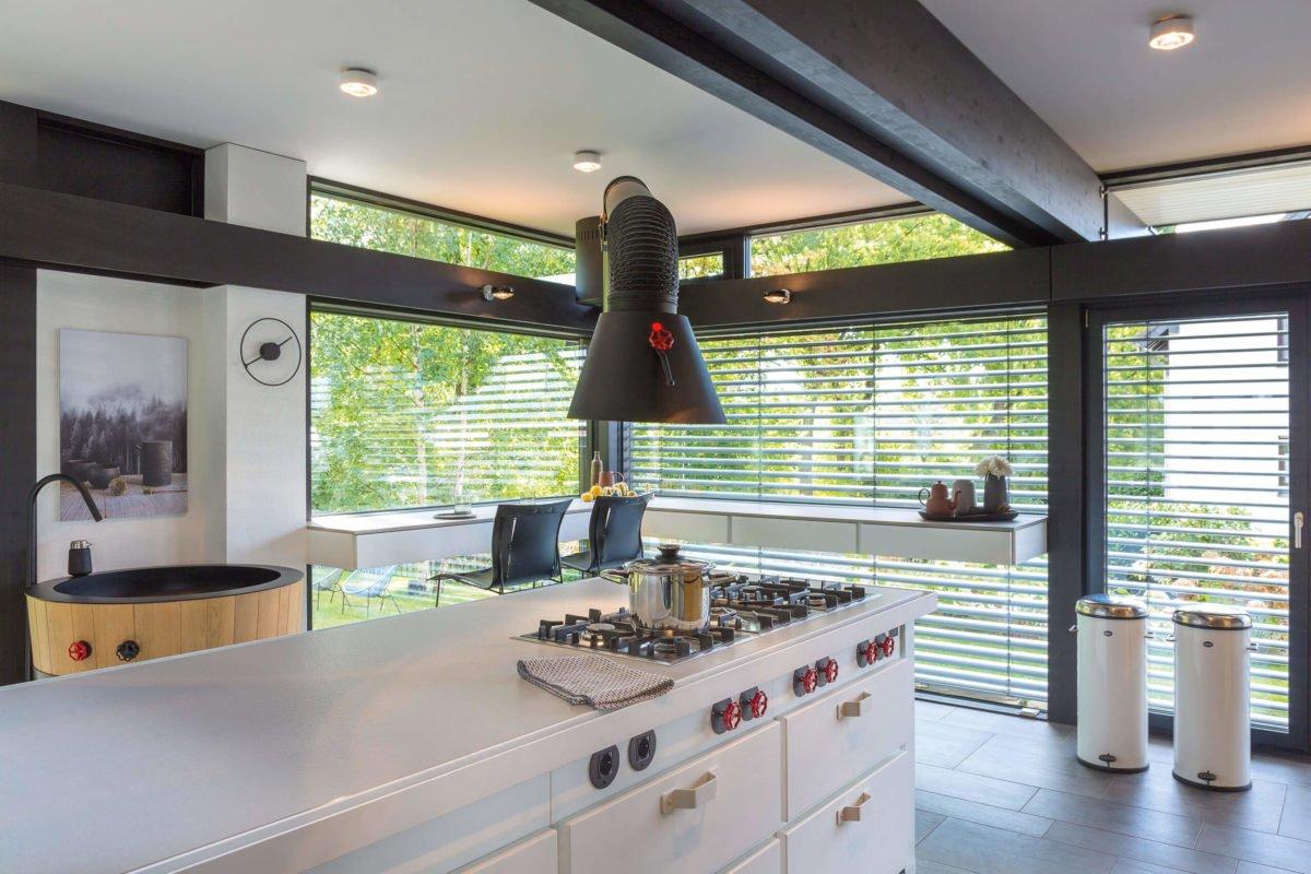 HUF HAUS ART 3 - Eine Küche mit einem großen Fenster - Haus
