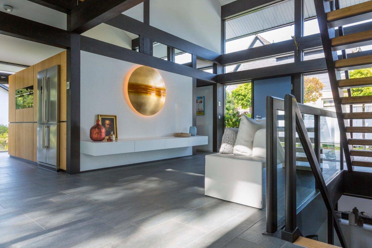 HUF HAUS ART 3 - Ein Raum mit Möbeln und einem Kamin - Interior Design Services