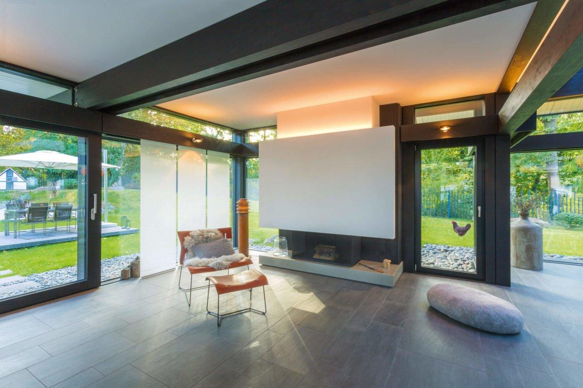 HUF HAUS ART 3 - Ein Raum voller Möbel und ein großes Fenster - Bauhaus