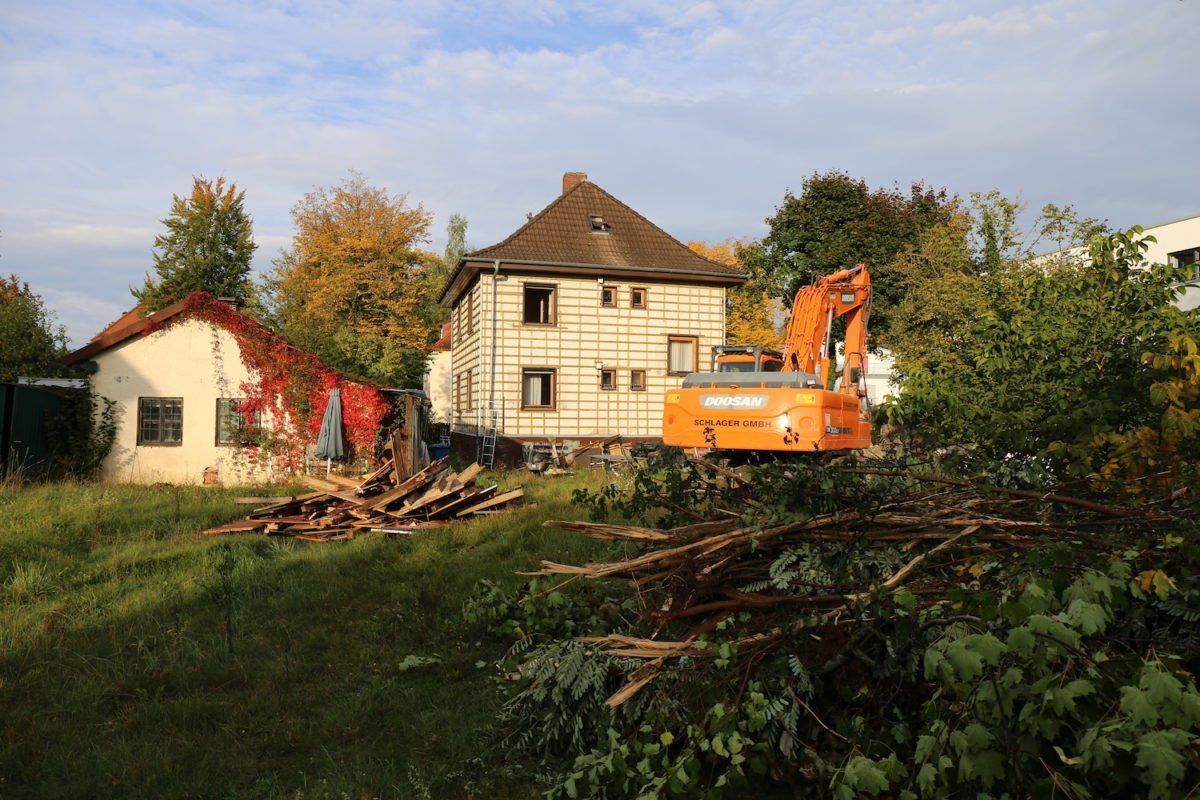 Kundenhaus Verges - Ein haus mit büschen vor einem gebäude - Ländliches Gebiet