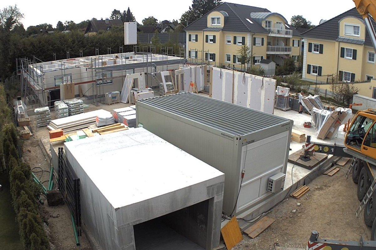Kundenhaus Verges - Ein großes weißes Gebäude - Dach