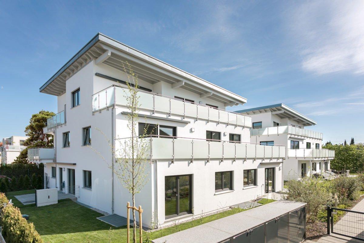 Kundenhaus Verges - Ein großes weißes Gebäude mit Gras vor einem Haus - Wohngebiet