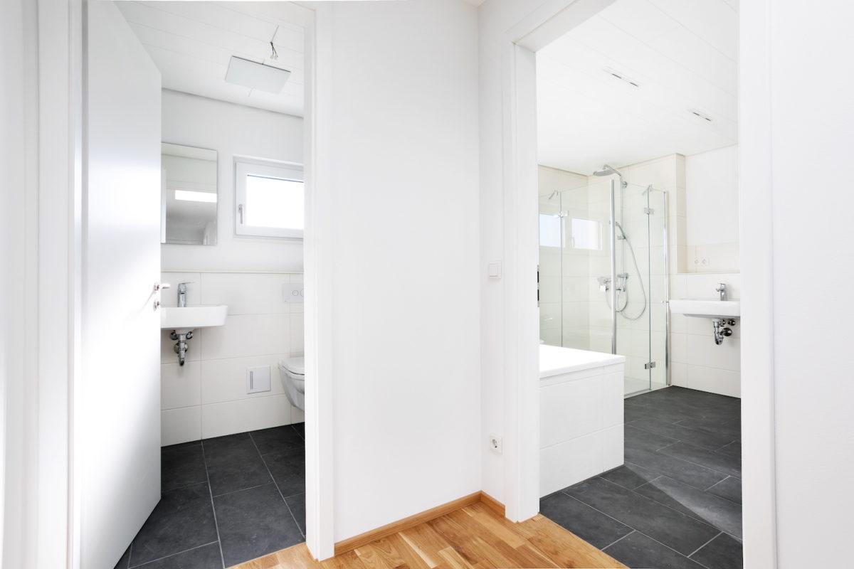 Kundenhaus Verges - Ein weißer Kühlschrank mit Gefrierfach sitzt in einem Raum - Interior Design Services