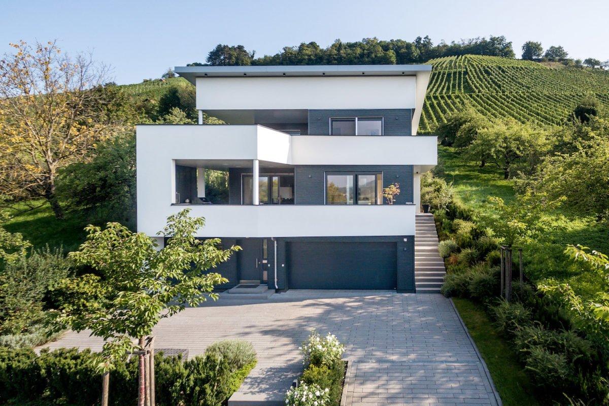 Kundenhaus Villa in den Weinbergen - Ein haus mit büschen vor einem gebäude - Villa