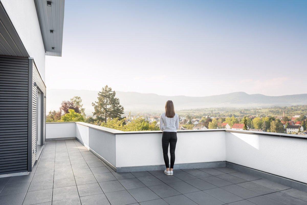 Kundenhaus Villa in den Weinbergen - Eine Person, die vor einem Gebäude steht - Haus