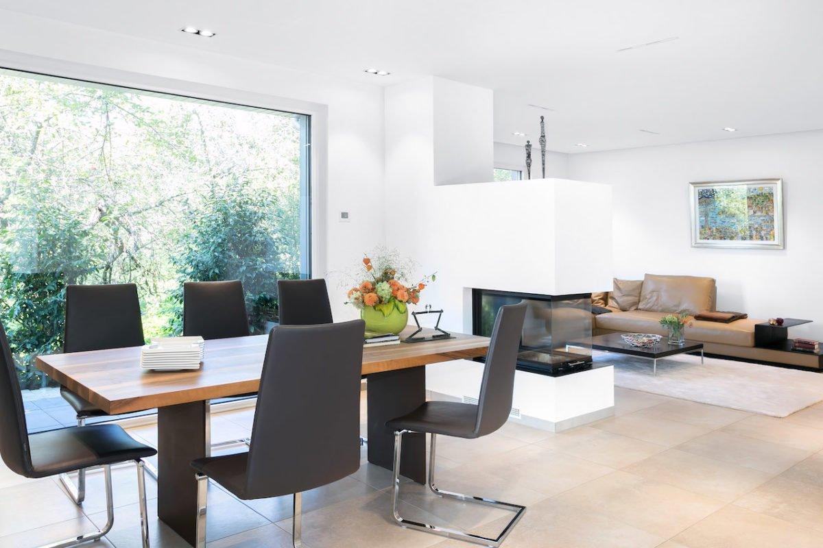 Kundenhaus Villa in den Weinbergen - Ein Wohnzimmer mit Möbeln und einem großen Fenster - Interior Design Services