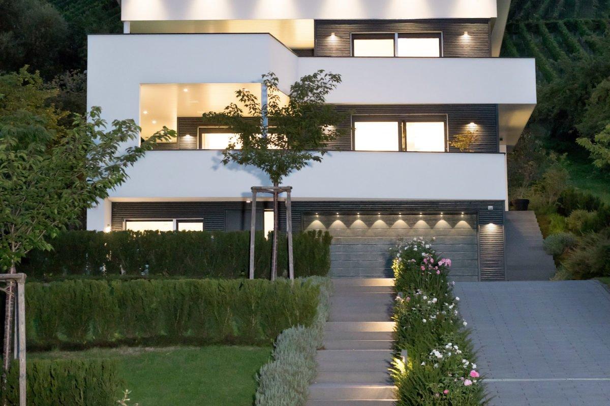 Kundenhaus Villa in den Weinbergen - Ein Haus mit einem Schild am Straßenrand - Beleuchtung