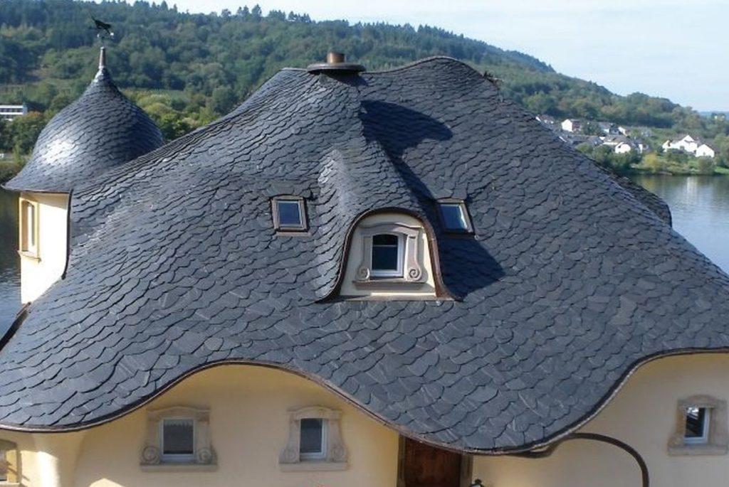 Dachschiefer mit wilder Deckung