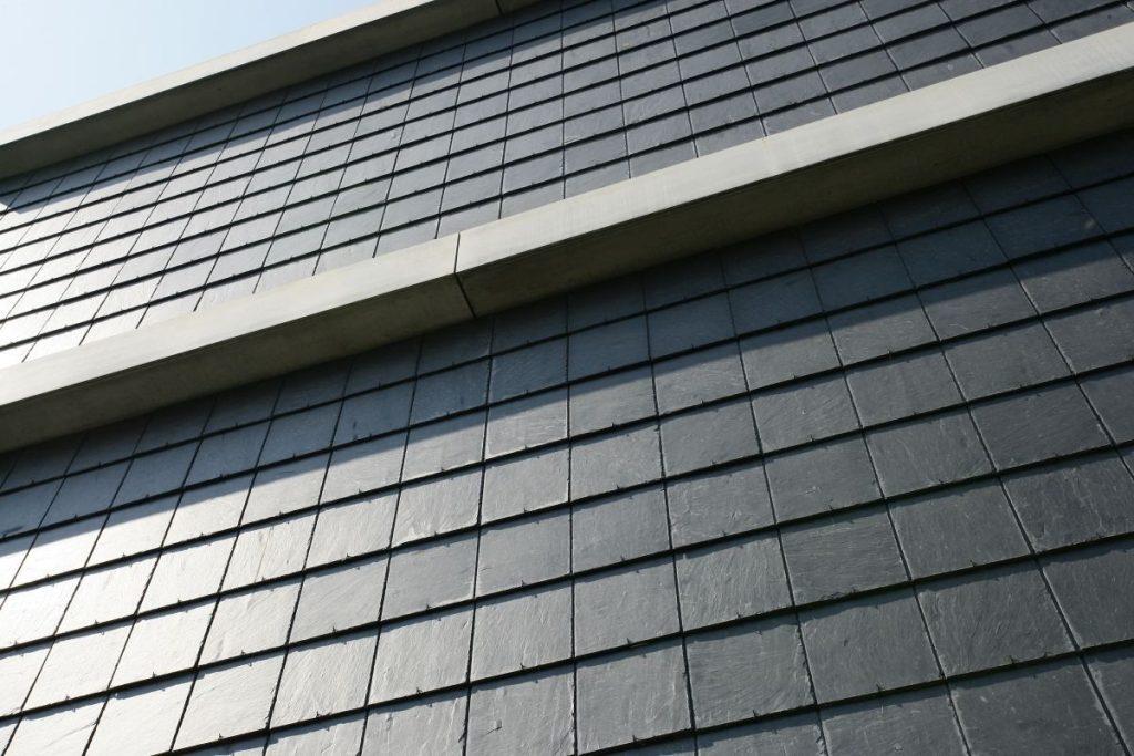 Fassadenschiefer mit linearer Deckung